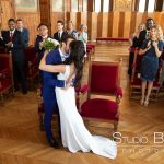 mariage-mairie-vincennes-couple-baiser-invité-ceremonie