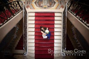 mariage-mairie-vincennes-marche-escalier-baiser-couple-mariés