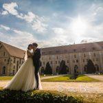 mariage-abbaye-royaumont-couple-parc-baiser-photographie