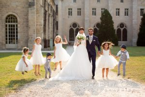 maiage-abbaye-royaumont-parc-invités-enfants-couple-mariés