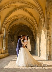mariage-abbaye-royaumont-couple-baiser-mariés-oise