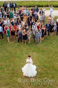 mariage-abbaye-royaumont-parc-invité-mariée-bouquet