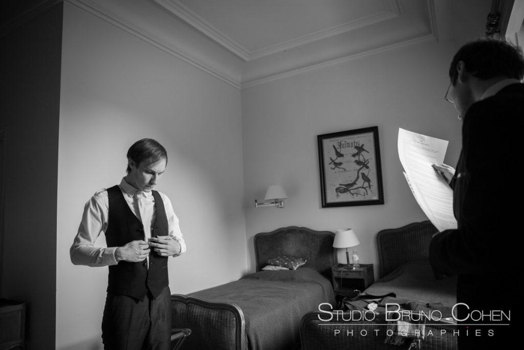 marie se prepare dans sa chambre