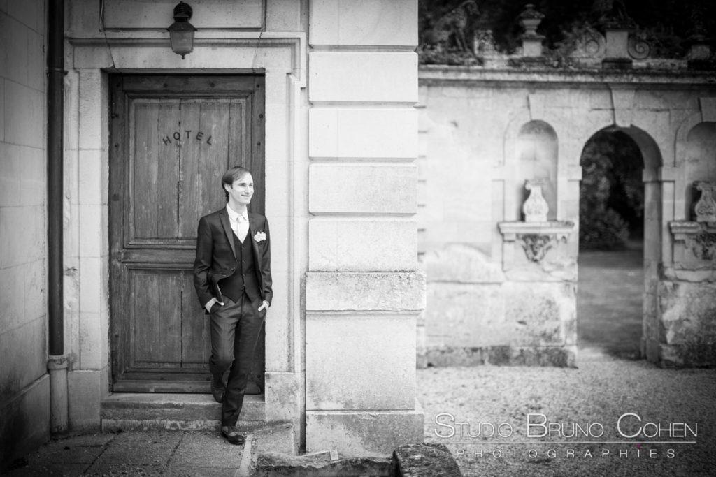 marie pose contre un mur dans le parc