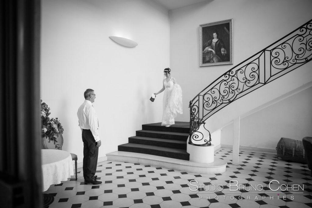 mariee descend les escaliers pour les retrouvailles