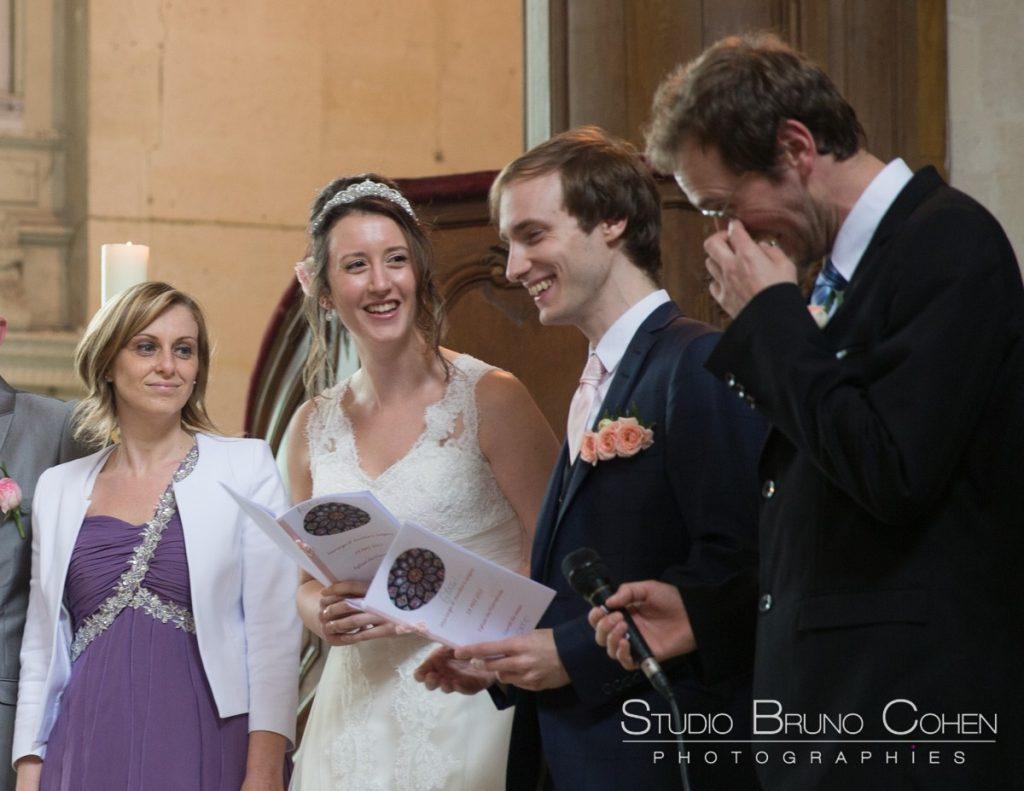 maries et les invites emus pendant la ceremonie