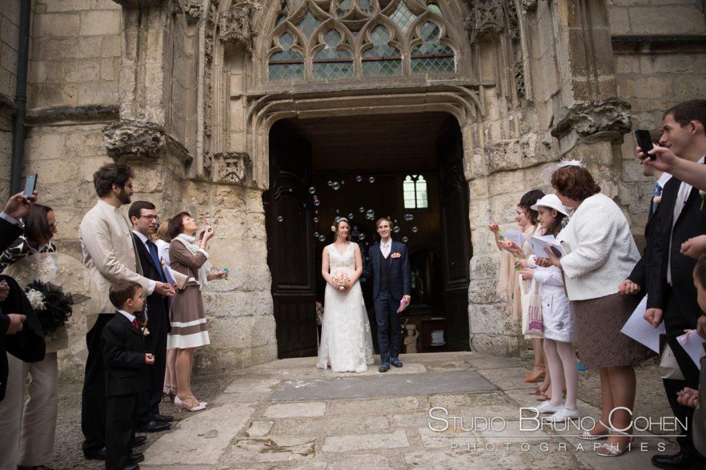 les maries sortent de l'eglise de pierrefonds