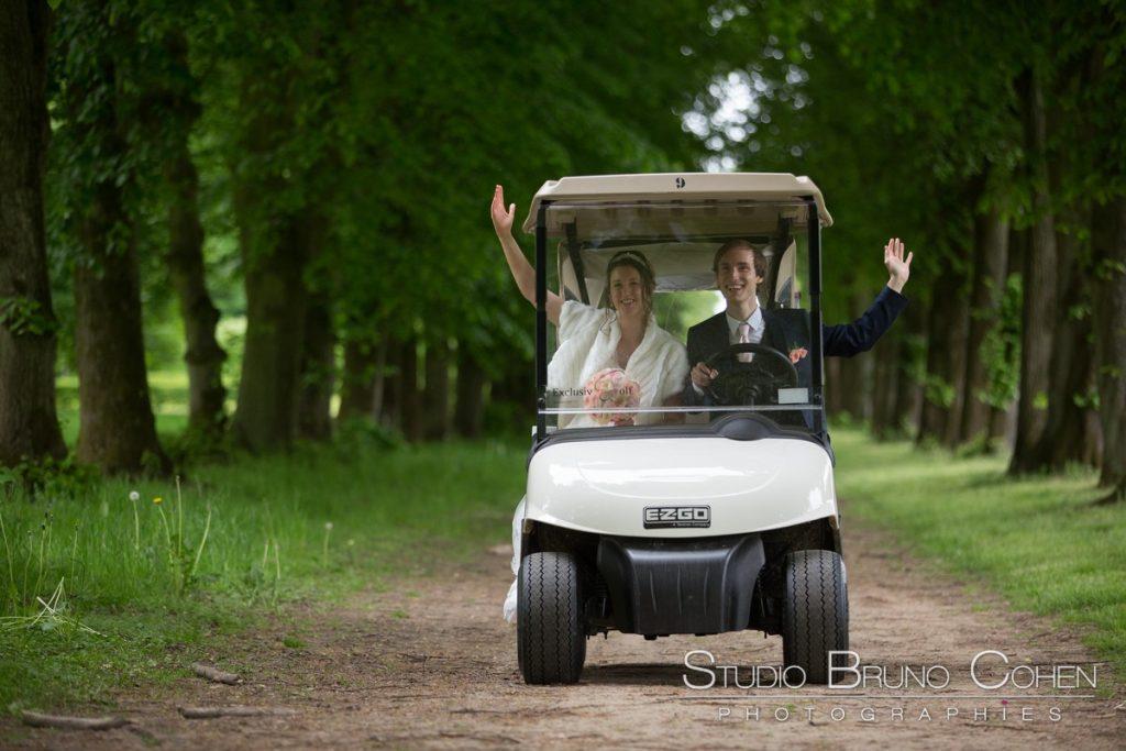 maries dans une voiturette de golf dans le parc du chateau de raray