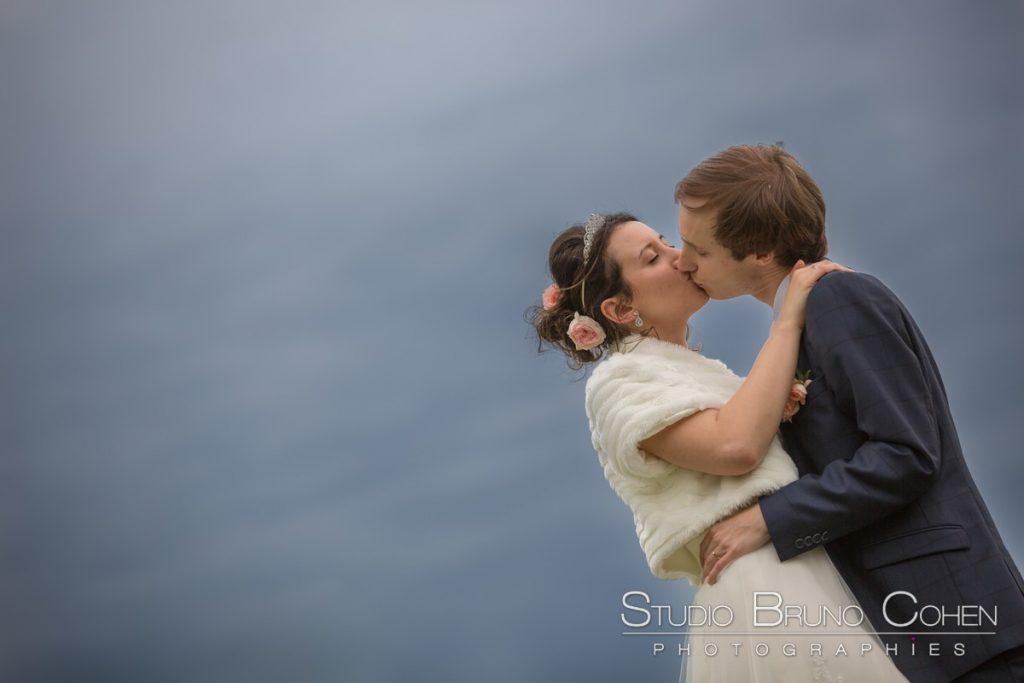 portrait de couple dans le parc du chateau de raray