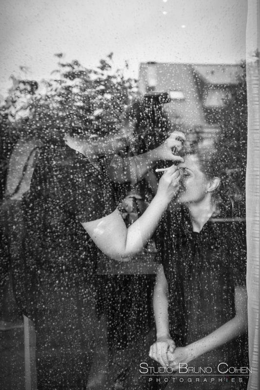 mariee se fait maquiller pour ses preparatifs