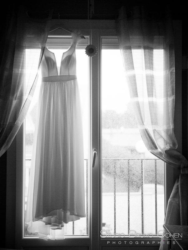 robe de la mariee accroche a une fenetre