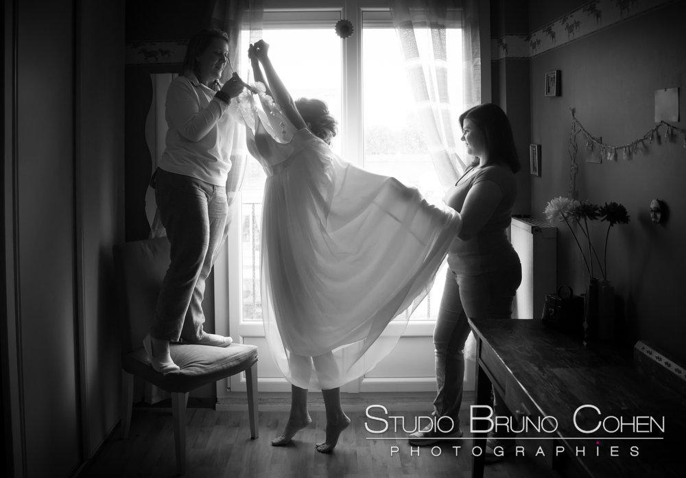 mariee se prepare a l'aide de ses invites