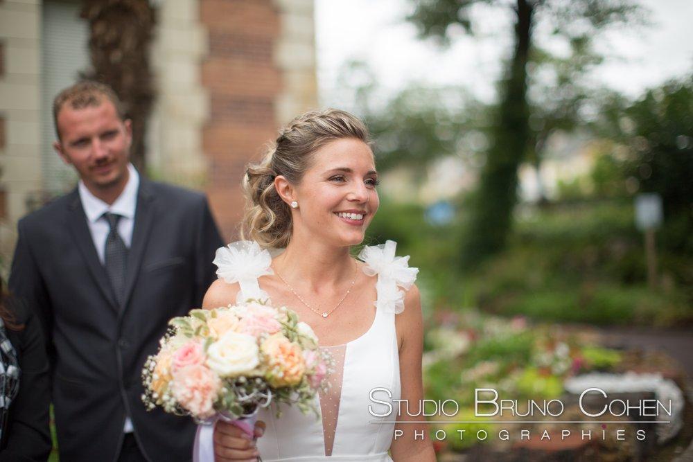 mariee avec son bouquet dans les mains