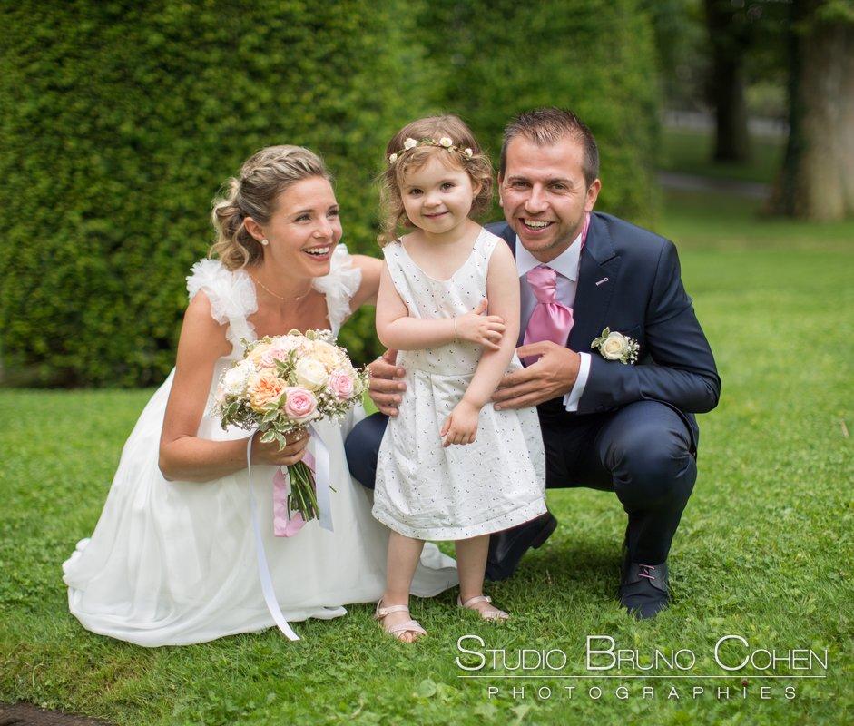 maries avec leur fille dans le parc de la mairie