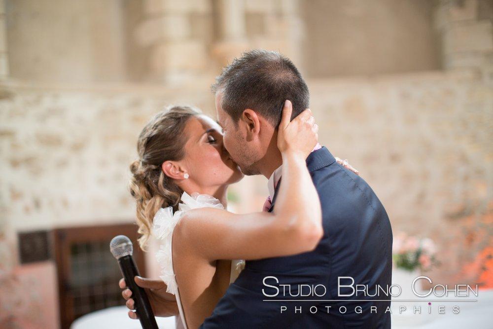 maries s'embrassent apres le discours du marie pendant la ceremonie laique