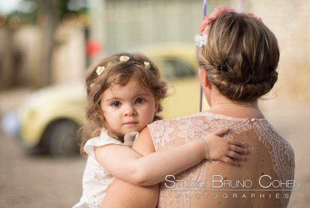 enfant des maries dans les bras d'une invites