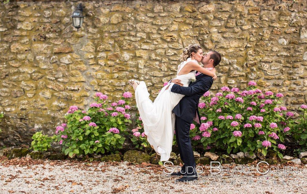 marie porte sa femme en l'embrassant