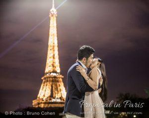 paris-demande-en-mariage-couple-baiser-tour-eiffel-lumière
