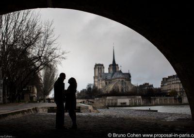 paris-demande-en-mariage-notre-dame-couple
