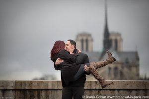 paris-demande-en-mariage-proposal-couple-baiser-notre-dame