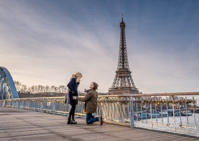 proposal in paris on Passerelle Debilly at sunrise in winter with the Eiffel Tower as a backdrop