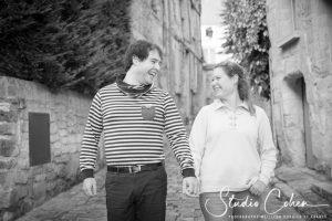 mariage-couple-rue-senlis-preparation-main-dans-la-main