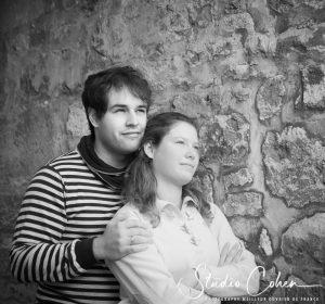 mariage-couple-rue-senlis-mur-pierre