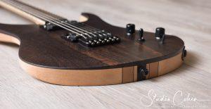 guitare electrique en bois naturel vue arrière profil