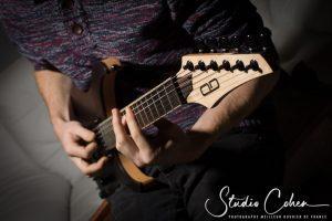 guitariste jouant de la guitare electrique en bois naturel