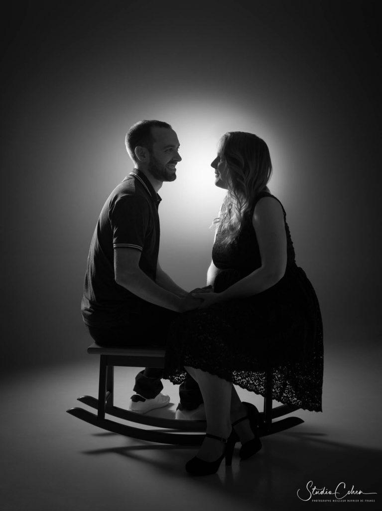 photo-couple-studio-senlis-enceinte-noiretblanc