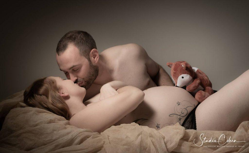 photo-couple-enceinte-studio-senlis-couleur-baiser