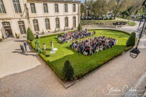 mariage-chateau-ermenonville-groupe-invités-couple-ceremonie-laique