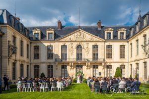 mariage-chateau-ermenonville-ceremonie-laique-groupe-invités-couple