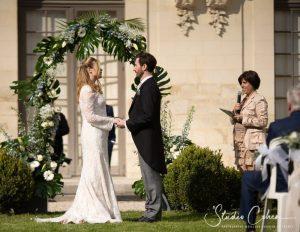 mariage-chateau-ermenonville-couple-officiant-ceremonie-laique