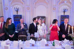 mariage-couple-baiser-invités-chateau-ermenonville
