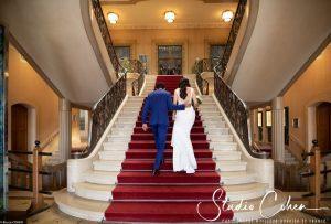 mariage-mairie-vincennes-couple-escalier