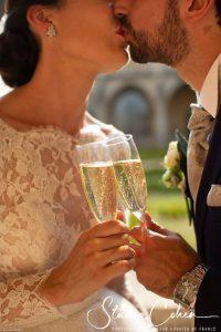mariage-abbaye-royaumont-baiser-couple-champagne
