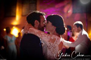 mariage-abbaye-royaumont-première-danse-baiser-couple-mariés