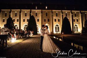 mariage-abbaye-royaumont-couple-baiser-invités-reception-soirée