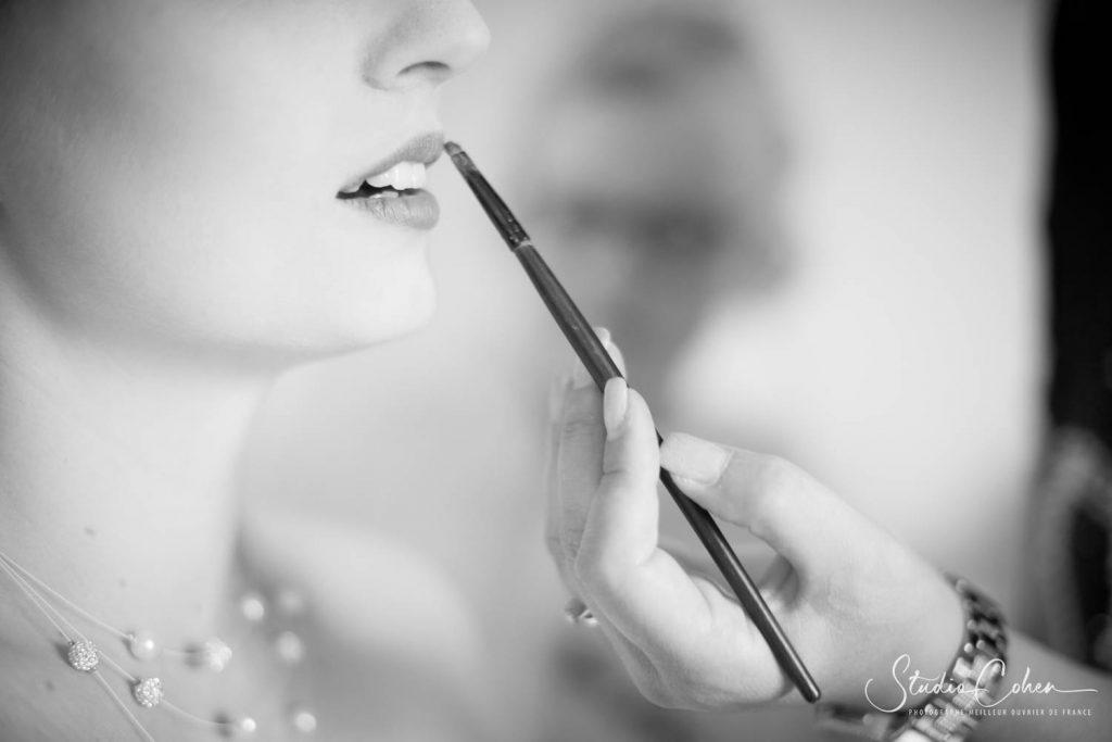 mariée en noir et blanc de profil se faisant maquiller
