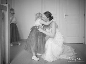 photo mariage noir et blanc calin petite fille mariée