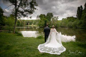 couple de mariés de dos au Parc de Grouchy