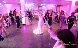 mariage La Bastide Mery sur Oise lancer de bouquet de mariée en version découpe de rubans fuschia
