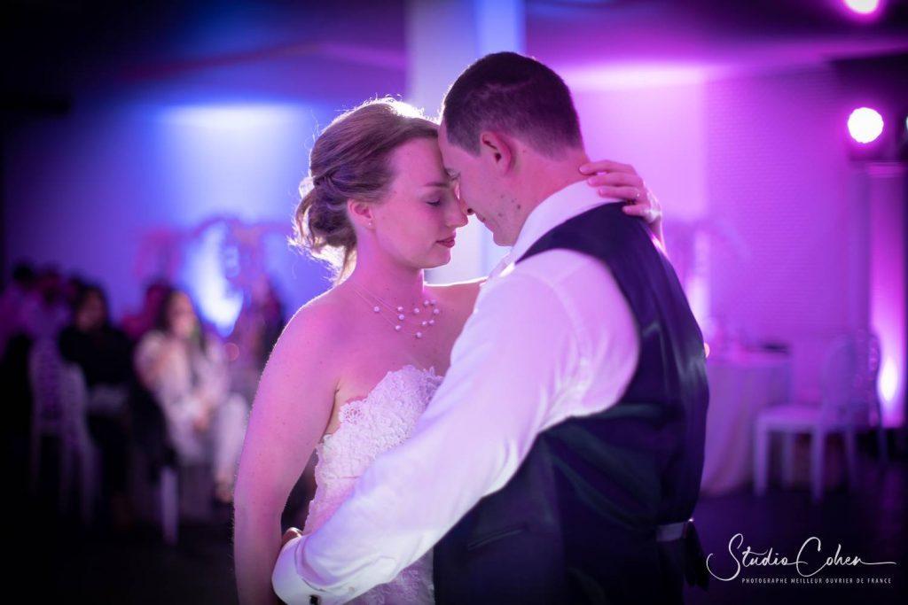 couple de mariés durant la première danse à La Bastide Méry sur Oise