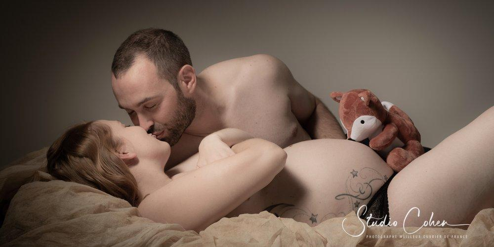 photo de grossesse en studio a Senlis, couple allongé qui s'embrasse