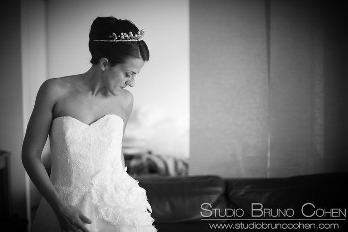 portrait d'une mariée en noir et blanc pendant les préparatifs