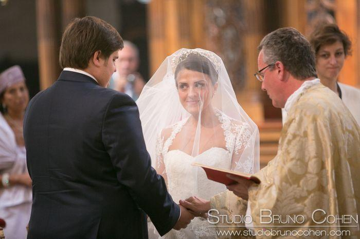 couple de mariés qui se regardent en se tenant les mains a l'église Saint Germain L'Auxerrois Paris