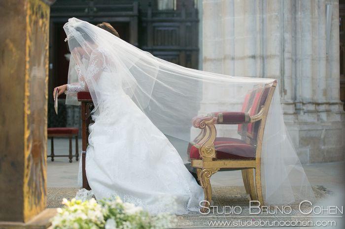 mariée agenouillée a l'église Saint Germain L'Auxerrois Paris