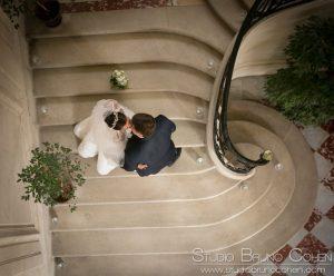 mariés vu d'en haut dans l'escalier de la réception du Chateau d'Ermenonville, Oise