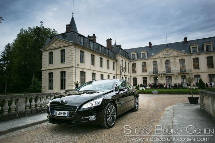 Véhicule berline Peugeot devant le Chateau d'Ermenonville